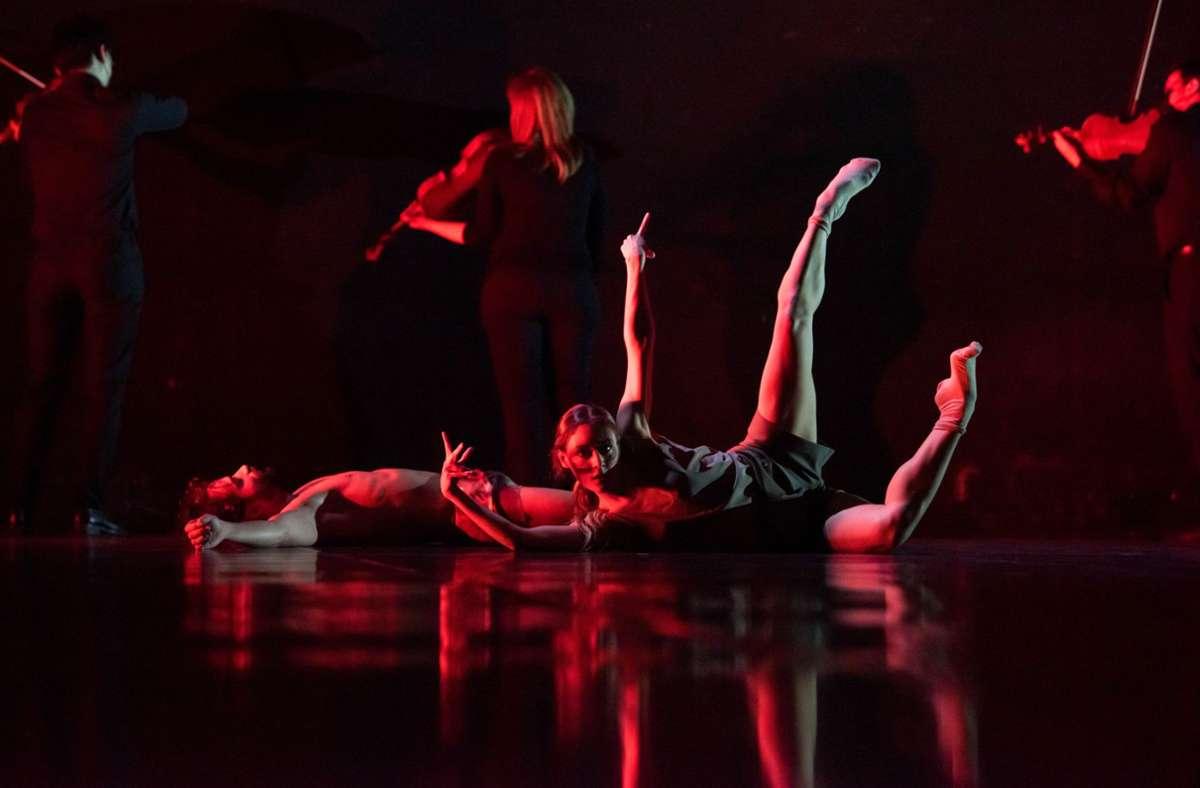 """Marijn Rademaker hat das Orchester in seine neue Choreografie integriert; als Tanzfilm kommt """"Verklärte Nacht"""" am 17. April zur Uraufführung und ist online zu erleben. Foto: Leszek Januszewski/Ballett Dortmund"""