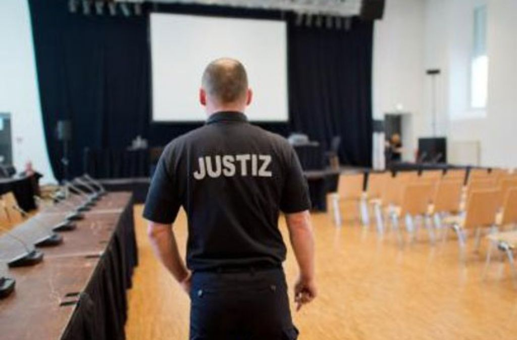 Ein Justizbeamter steht in der zum Gerichtssaal umfunktionierten Ritterakademie in Lüneburg. In der nächsten Woche könnte das Urteil fallen. Foto: dpa