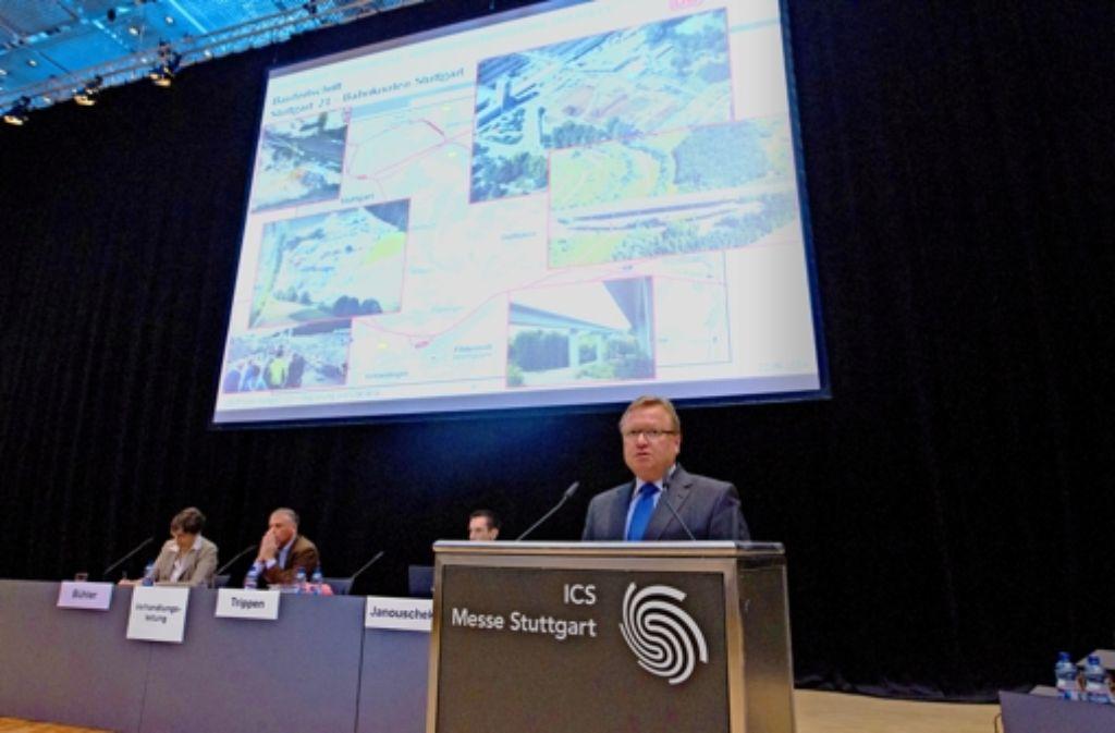 Der Stuttgart-21-Projektchef Manfred Leger schwärmt von der geplanten Verkehrsdrehscheibe am Flughafen. Die Begeisterung darüber im Saal entspricht der Zahl der Zuhörer. Foto: Christian Hass