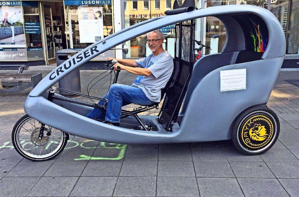 Siegfried Hein testet schon einmal die Zuffka, die künftig durch den Stadtbezirk fahren soll. Foto: privat
