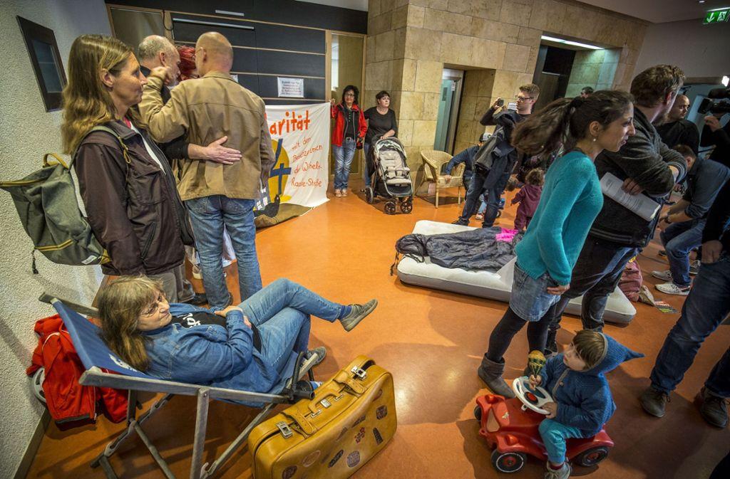 Demo mit Koffer und Liegestuhl vor dem Ratsaal Foto: Lichtgut/Leif Piechowski