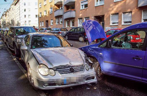 Junger Mann rammt drei parkende Autos