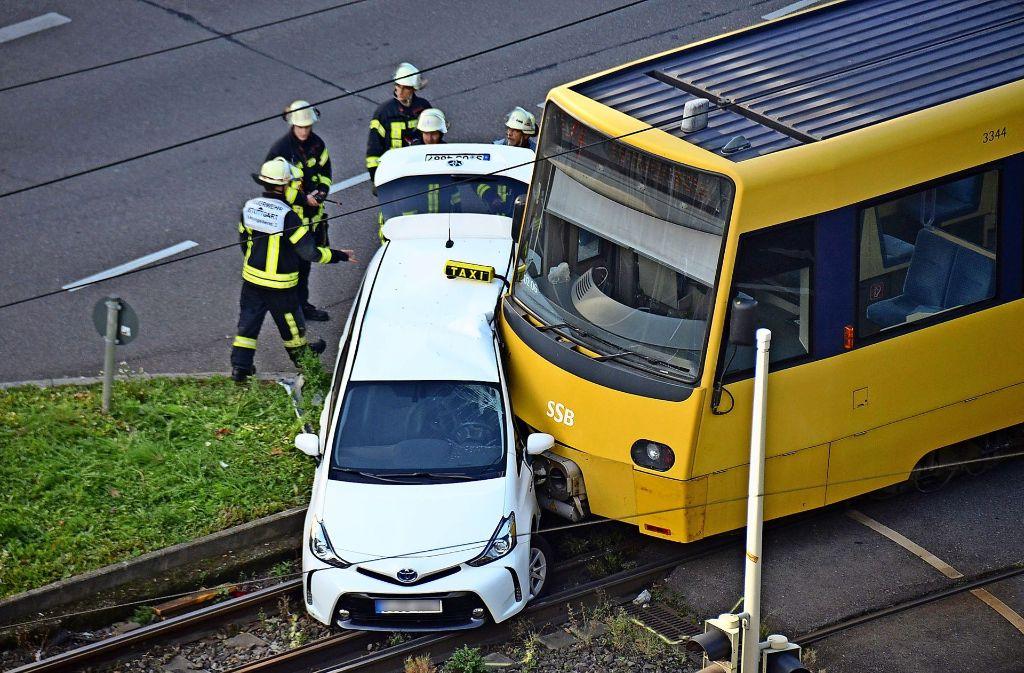 Der Taxifahrer wurde schwer verletzt: Kollision in der Schloss- und Büchsenstraße. Foto: Andreas Rosar Fotoagentur-Stuttgart