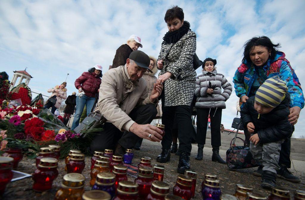 In Sotschi werden Kerzen für die vermutlich 92 Opfer des abgestürzten russichen Flugzeugs angezündet. Foto: dpa