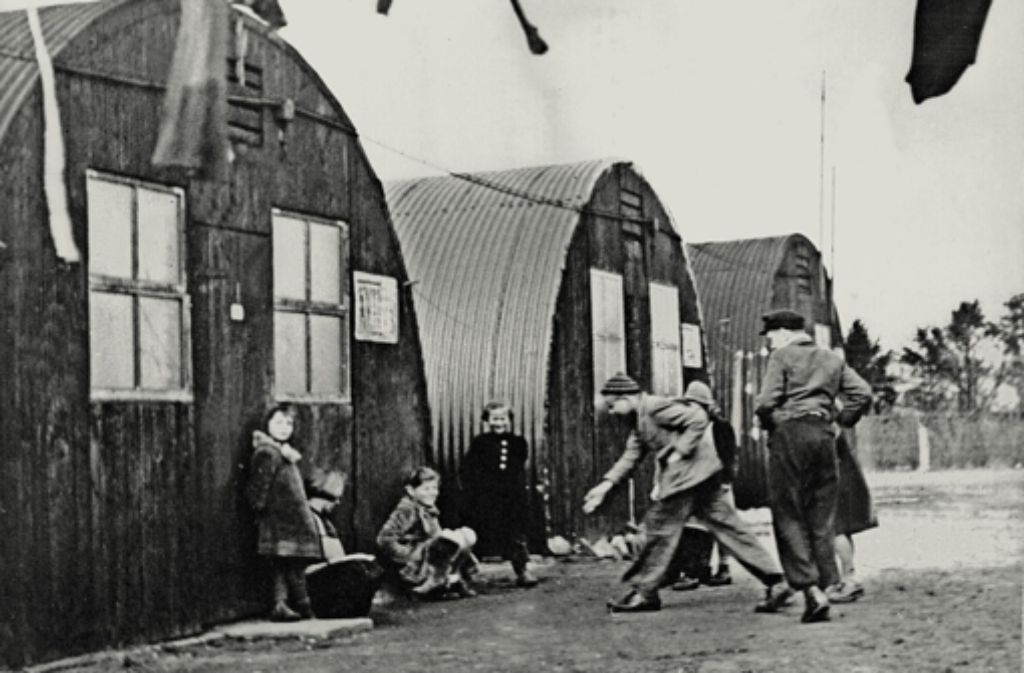 Spielende Kinder vor Flüchtlingsbaracken nach dem Krieg. Obwohl damals Landsleute kamen, gab es nicht nur Aufbruchstimmung, sondern auch Vorbehalte. Foto: dpa