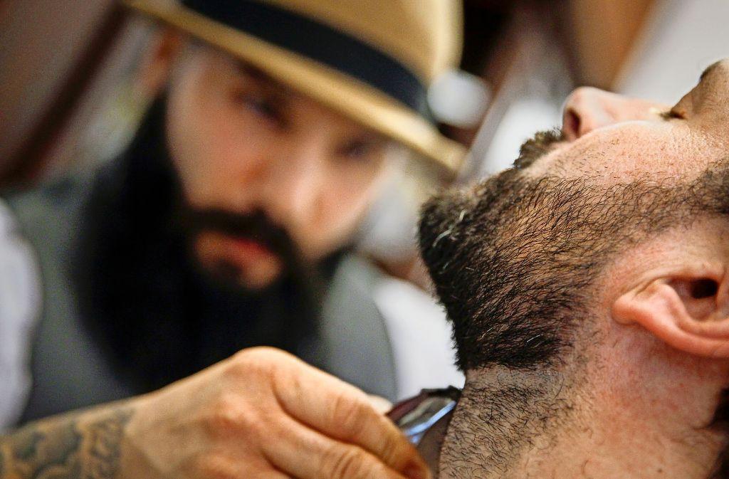 Kursad Dogan vom Barbershop empfiehlt ein spezielles Bartshampoo für die tägliche Wäsche. Foto: Lichtgut/Leif Piechowski