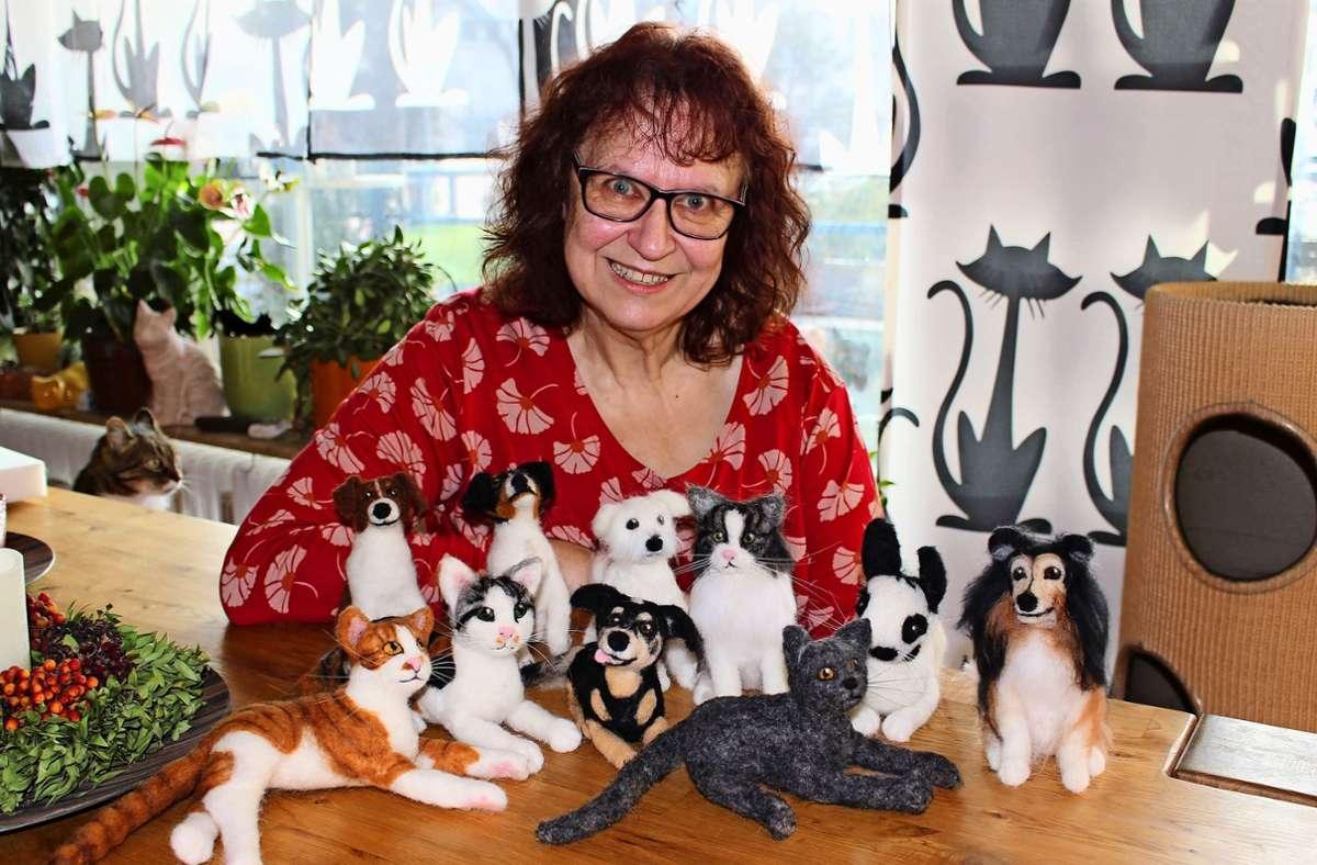 Für ihre Filzzwillinge benötigt Trixi Geng aus Heumaden lediglich Fotos eines lebenden beziehungsweise verstorbenen Haustieres Foto: Caroline Holowiecki