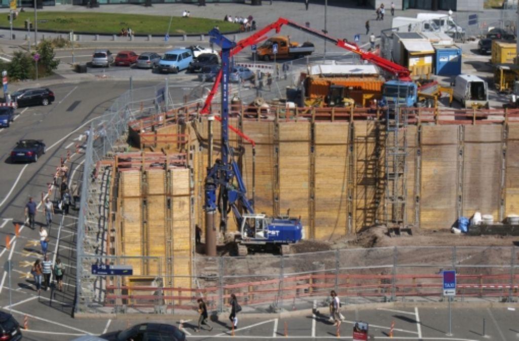 Unser Bild zeigt Arbeiten am Technikgebäude an der Nordseite des Bonatzbaus. Foto: factum/Weise