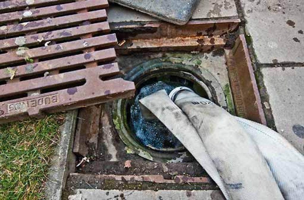 Hier wird lauwarmes Wasser aus dem Haus der Geschichte abgepumpt. Foto: Zweygarth