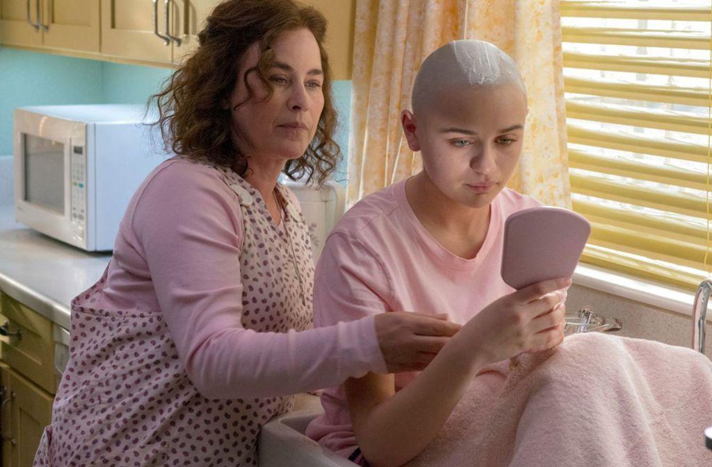 Dee Dee (Patricia Arquette, li.) hat ihrer Tochter Gypsy (Joey King) die Haare geschoren. Foto: Hulu
