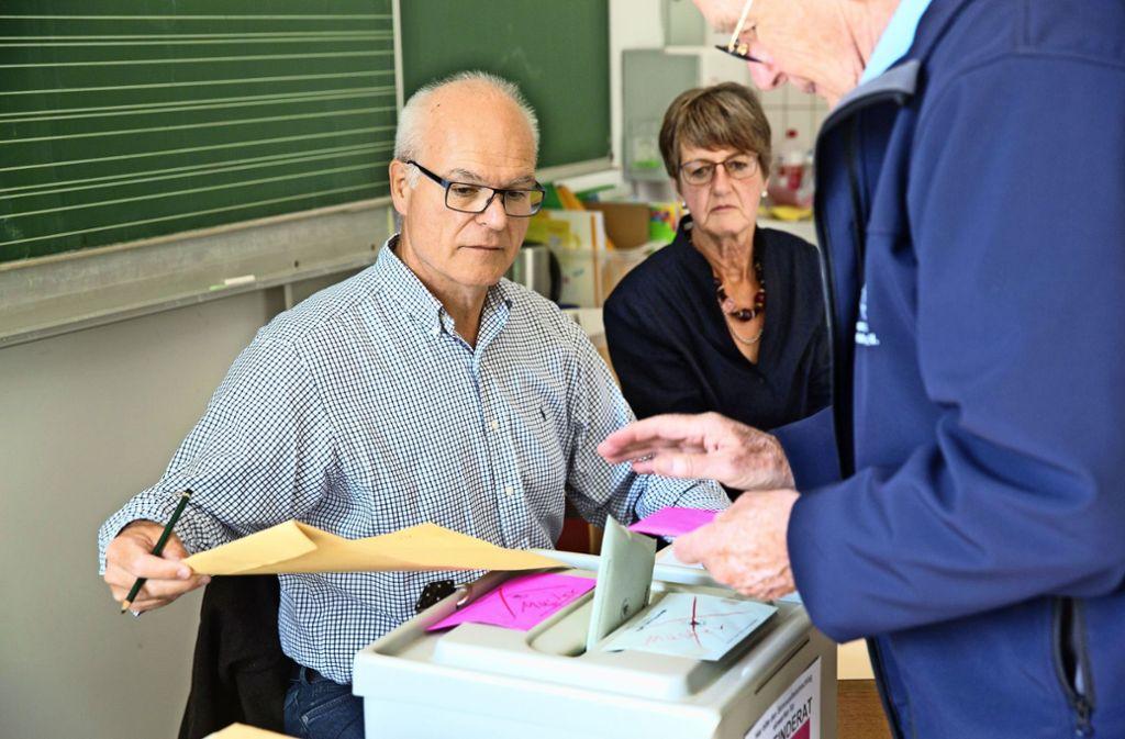 Roland Karpentier (links) achtet im Bezirk 24 auf einen korrekten Wahlverlauf. Foto: Rudel