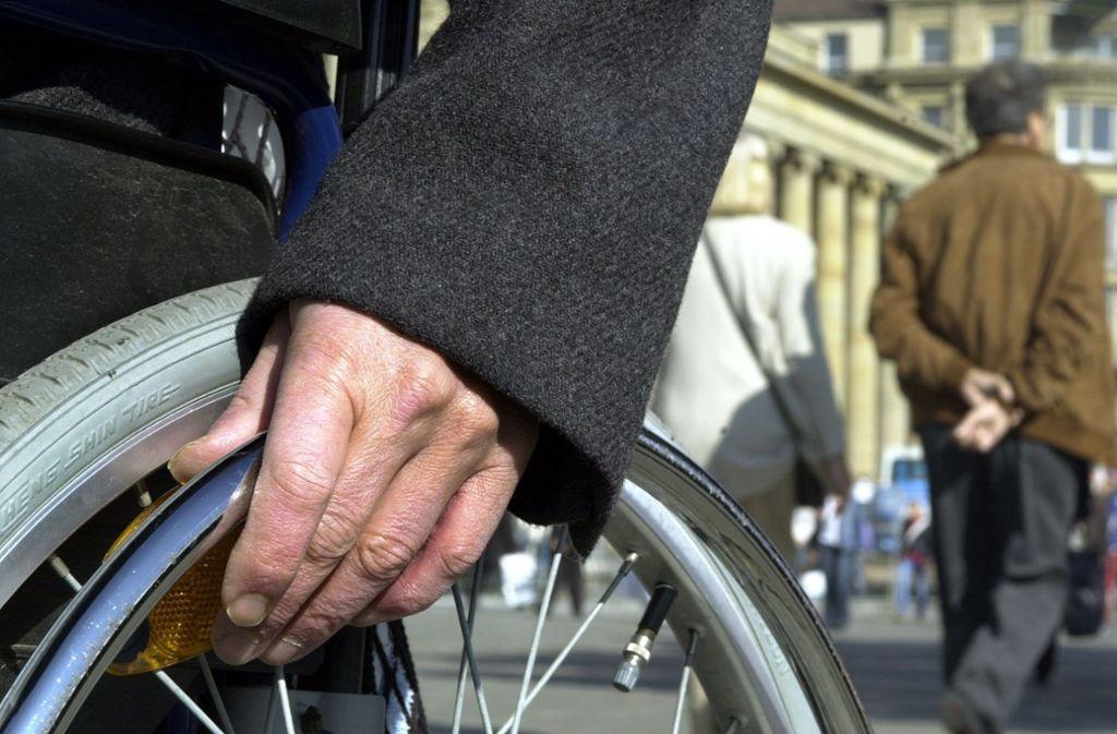 Ein Rollstuhlfahrer wurde bei dem Unfall schwer verletzt. (Symbolbild) Foto: dpa