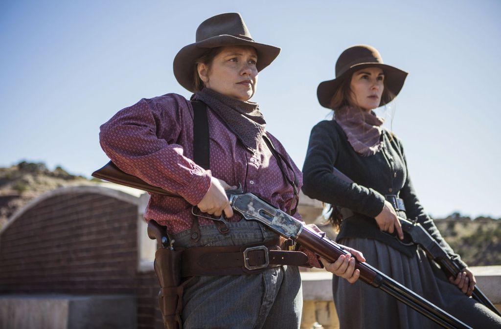 "Merritt Wever (li.) und Michelle Dockery spielen zwei der taffen Frauen aus La Belle in ""Godless"" Foto: Netflix"
