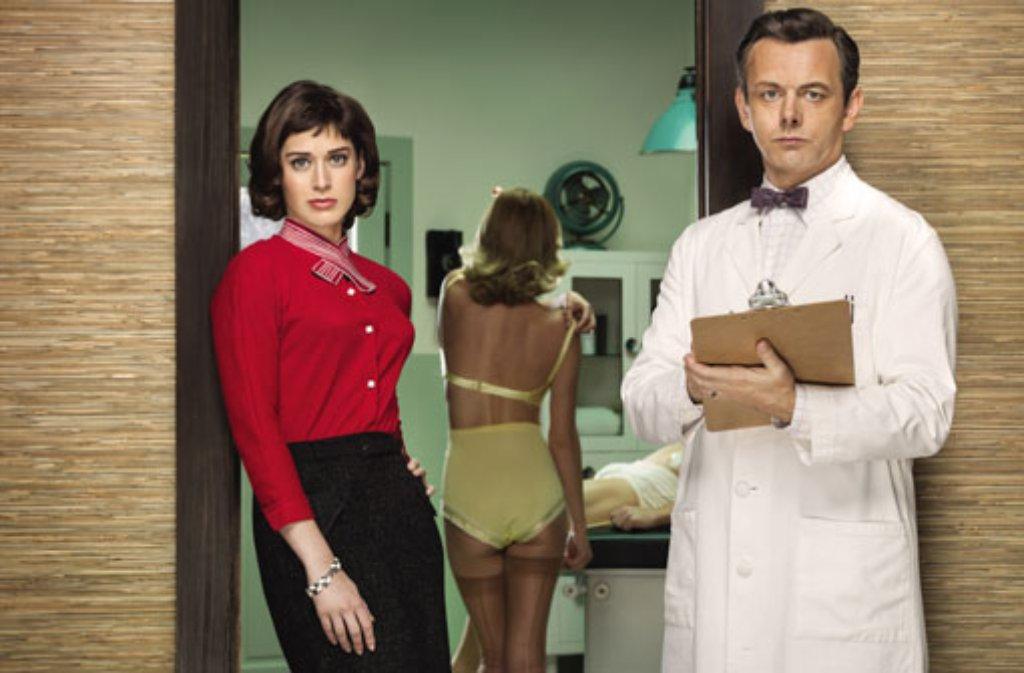 Virginia Johnson (Lizzy Caplan) und Dr. William Masters (Michael Sheen) arbeiten bei der US-Erfolgsserie Masters of Sex zusammen in einem Lehrkrankenhaus in St. Louis. Foto: ZDF und Erwin Olaf/SHOWTIME