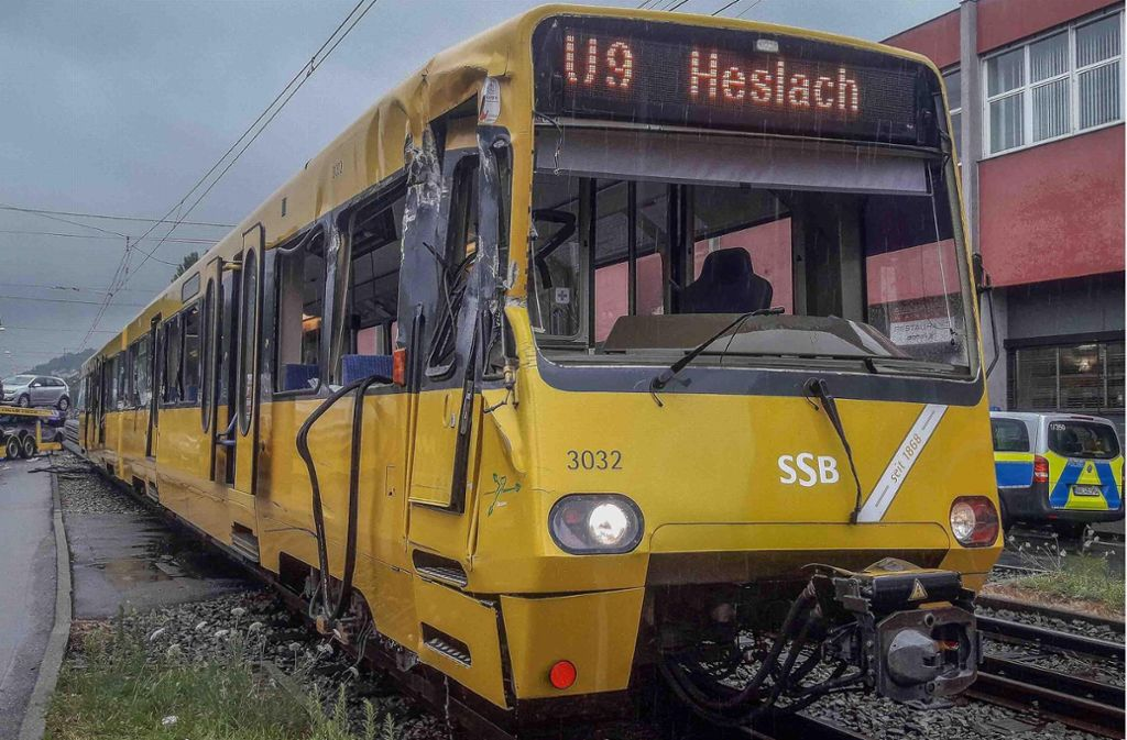 An der Stadtbahn hinterlässt der Unfall sichtbare Spuren. Sechs Fahrgäste werden verletzt. Foto: 7aktuell.de/Max Kurrer