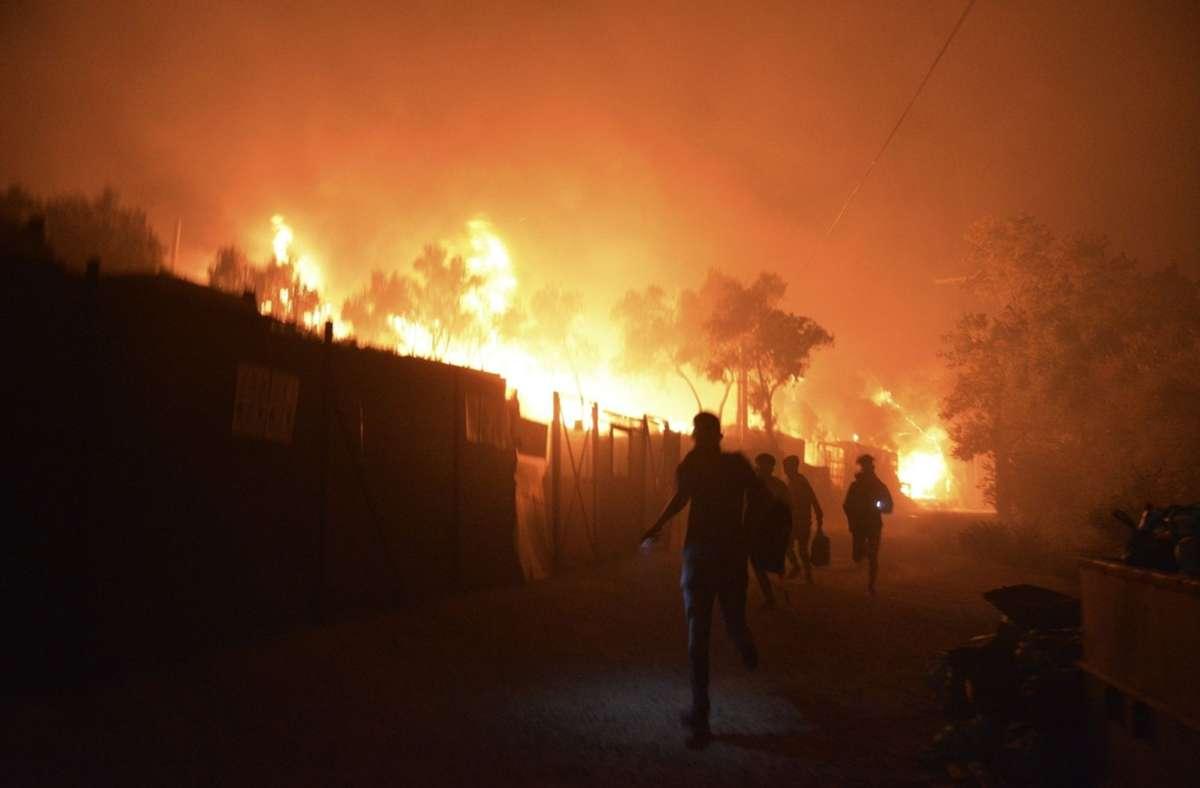 Der Brand wütet fast im gesamten Flüchtlingslager. Foto: dpa/Panagiotis Balaskas