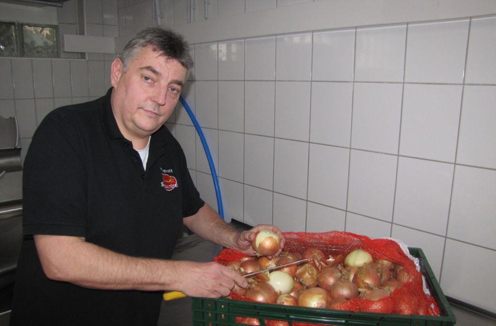 Wirt Roland Droese schneidet Zwiebeln. Die braucht er  für seine Maultaschen. Foto: Eglof