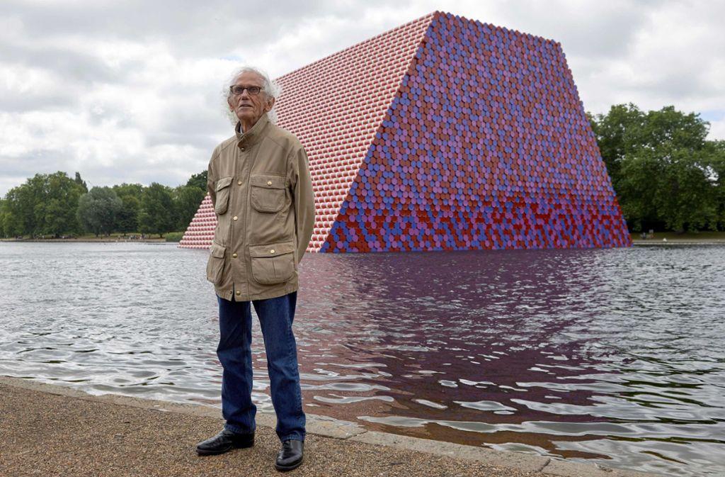 """Christo 2018 vor seinem Werk """"The Mastaba"""" im Londoner Hyde Park: Eine viel größere Variante davon plante er für Abu Dhabi. Foto: AFP/Niklas Hallen"""