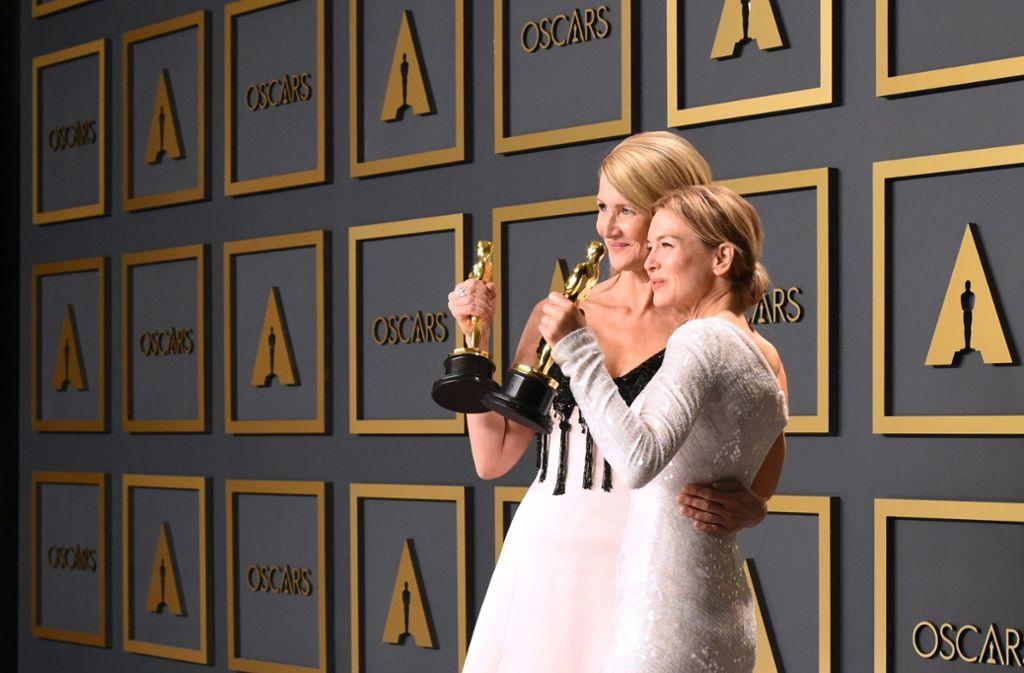 Zwei Oscars für zwei starke Frauen: Renée Zellweger (rechts) und Laura Dern. Foto: AFP/ROBYN BECK
