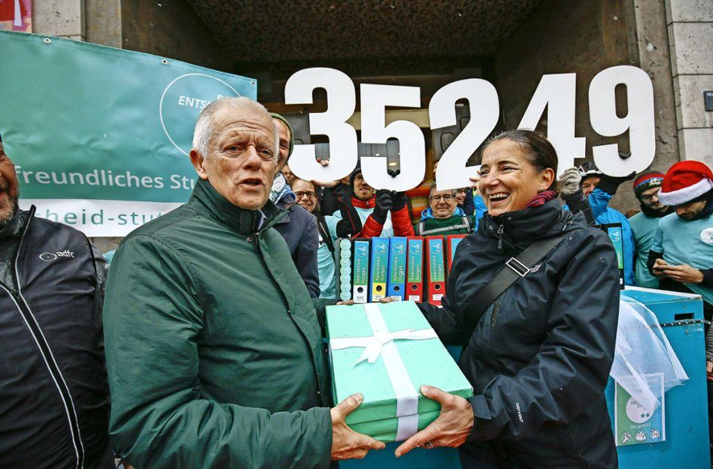 """""""Unser Geschenk für Sie"""": Susanne Keller von der Initiative drückt Kuhn die hübsch verpackten  Unterschriften in die Hand Foto: Lichtgut/Leif Piechowski"""