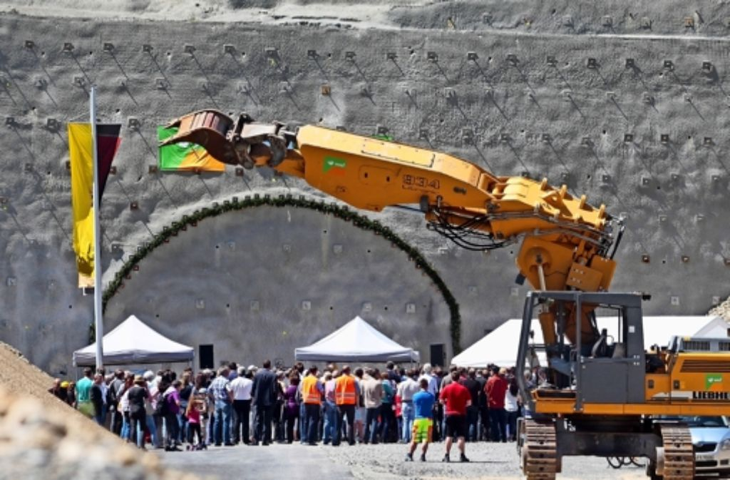 Die künftige Tunnelöffnung ist markiert:  Mineure treiben nun von Osten  einen 458 Meter langen Hauptstollen in das Gestein. Foto: factum/Granville