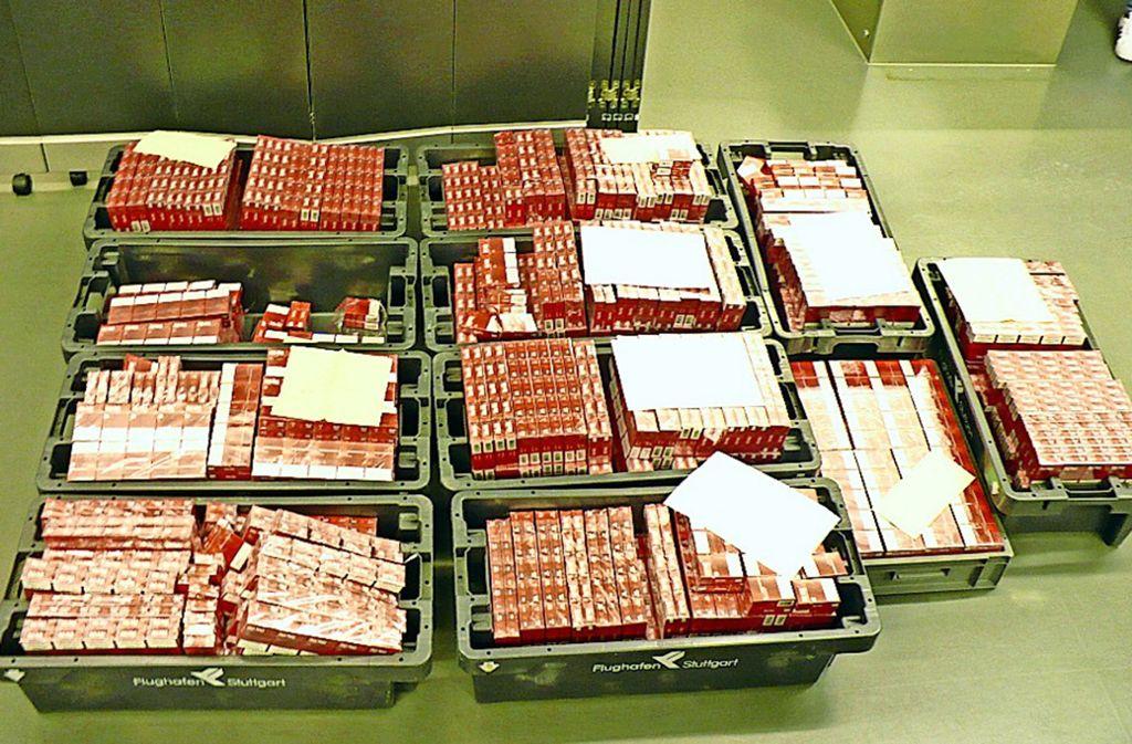 Der vermeintliche Reiseproviant zweier Passagierinnen: 73200 Zigaretten. Foto: Zoll Flughafen