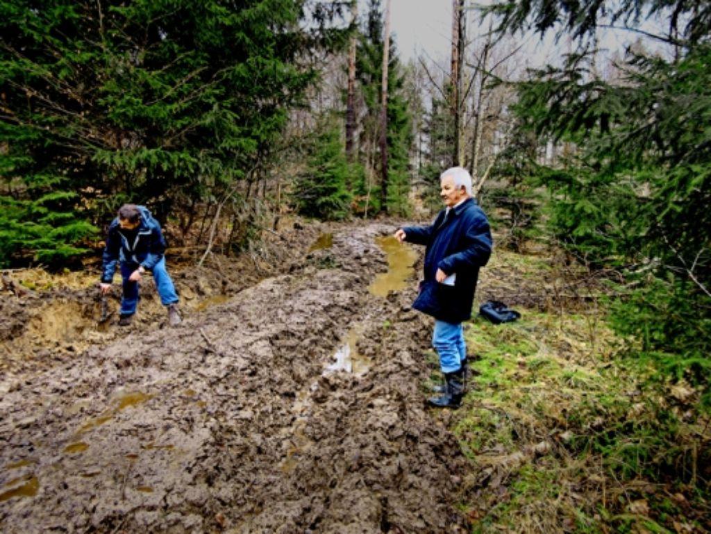 Harald Kunz (rechts)  und   Joachim Eberle vom Geografischen Institut der Uni Tübingen zeigen im Schönbuch, wie ein Waldboden nach der Holzernte aussehen kann. Foto: StZ