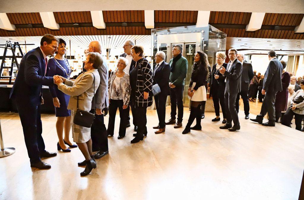 Ein gutes  Neues: Gabriele Zull und  Martin Zull empfangen die Gäste im oberen Foyer der Schwabenlandhalle Foto: Patricia Sigerist