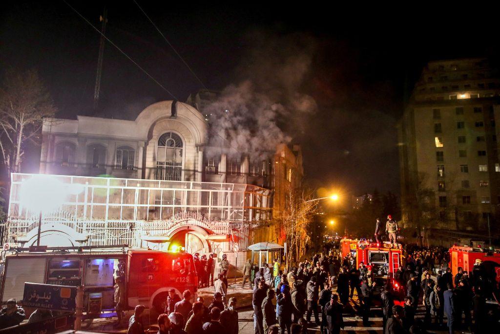 Demonstranten stürmen in der Nacht zum Sonntag die Botschaft Riads in Teheran. Foto: dpa