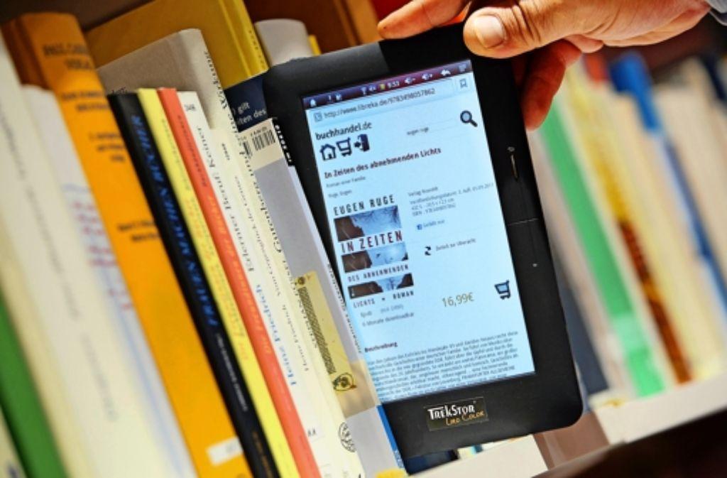 Immer mehr Menschen greifen beim Lesestoff zum Angebot von E-Books. Foto: dpa
