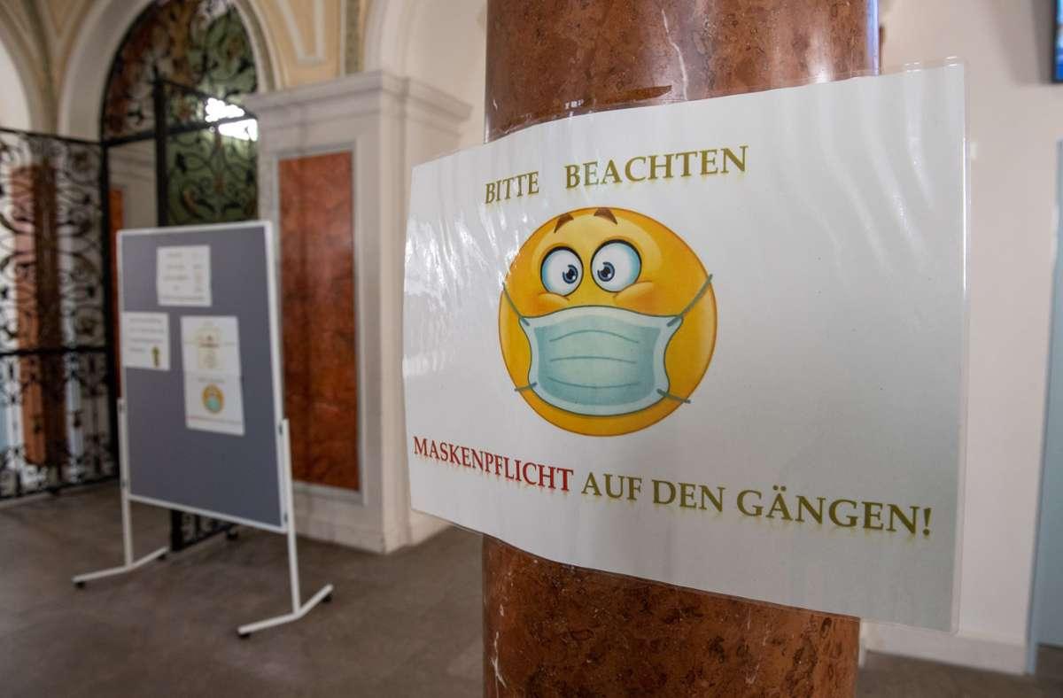 In einer bayerischen Schule hängt ein Schild, das auf die Maskenpflicht hinweist. (Archivbild) Foto: dpa/Peter Kneffel