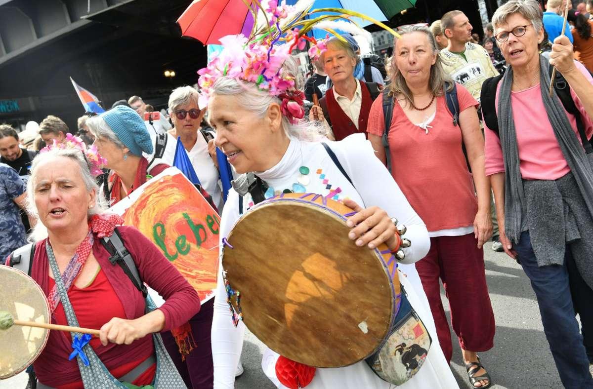 Demo-Teilnehmer in Berlin protestieren gegen die Corona-Politik. Foto: dpa/Paul Zinken
