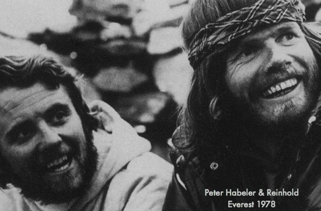 Nach dem Aufstieg auf den Mount Everest: Peter Habeler (links) und Reinhold Messner. Foto: Screenshot/facebook.com/pg/Reinhold-Messner