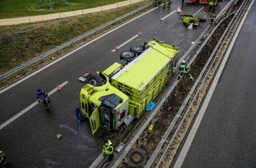 Mülllaster kippt auf B10 um  – Zwei Schwerverletzte