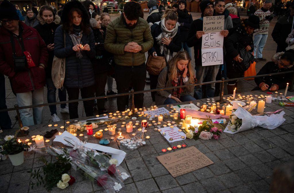 Zahlreiche Menschen trauern um die Opfer des Anschlags auf den Straßburger Weihnachtsmarkt. Foto: dpa