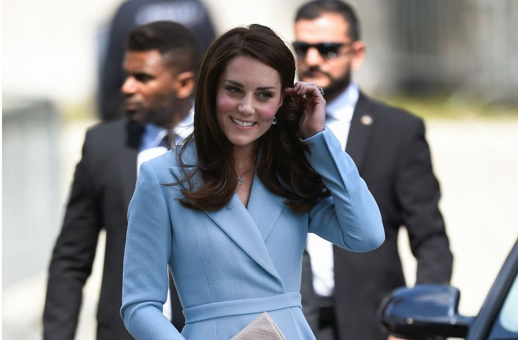 Herzogin Kate beim Staatsbesuch im hellblauen Mantelkleid von Emilia Wickstead. Foto: AFP