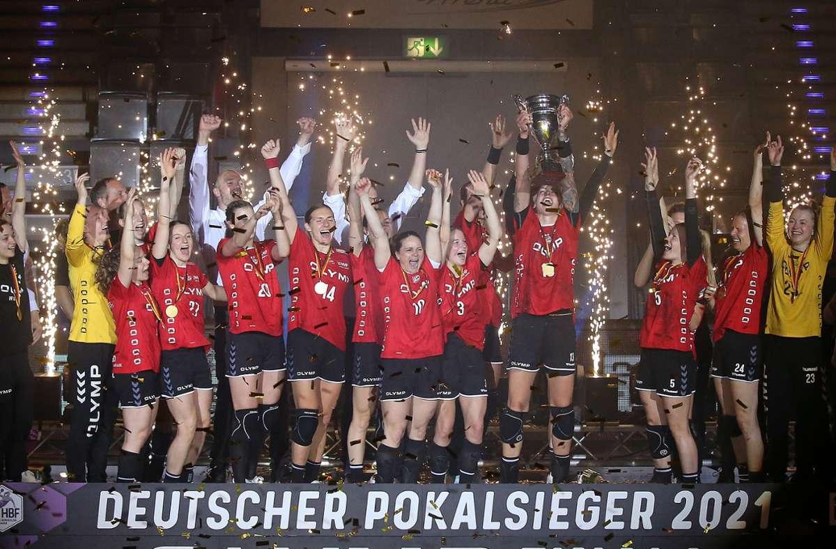 Premiere für die Handballerinnen der SG BBM Bietigheim: Erstmals holte sich das Team von der Enz den Handball-Pokal. Foto: Baumann