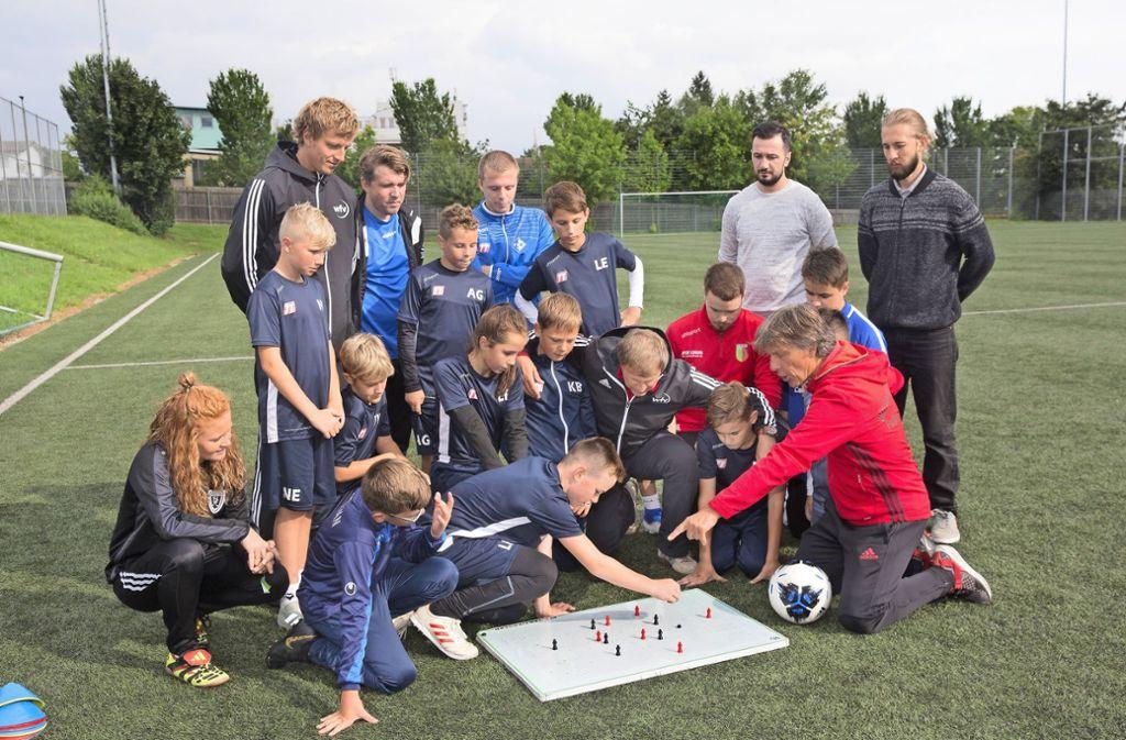 WFV-Kinderfußball-Experte Martin Hägele (re.) gibt Trainern und Höfleswetzern wertvolle Tipps. Foto: Pressefoto Horst Rudel