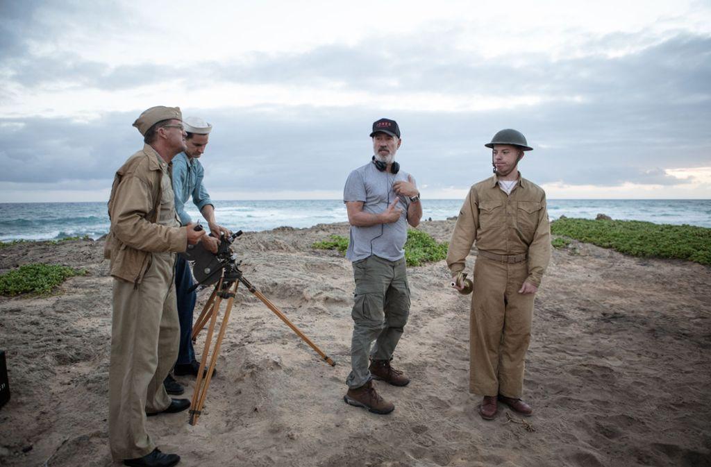 """Roland Emmerich (zweiter von rechts) bei den Dreharbeiten zu """"Midway"""" Foto: Alan Markfield"""