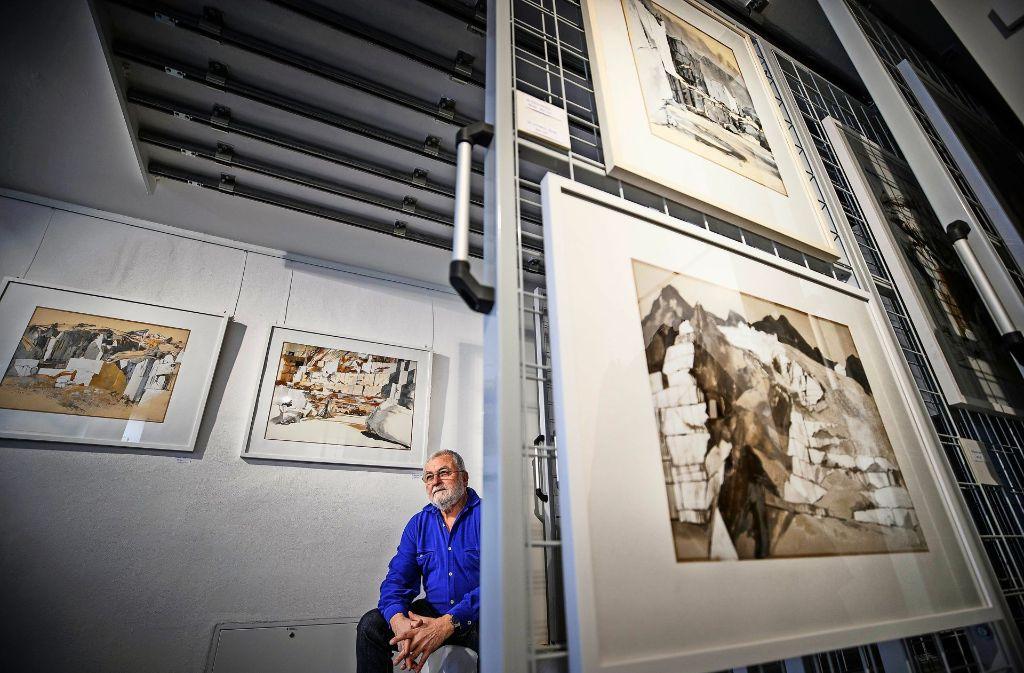 Klaus-Dieter Schmidt inmitten einiger seiner Werke, die um Carrara entstanden sind. Foto: Gottfried Stoppel