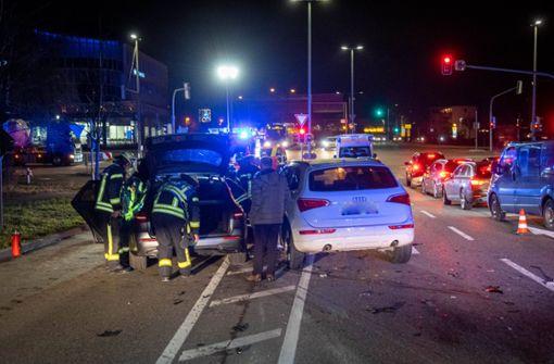 Audi und Mercedes kollidieren – Buslinie 90 beeinträchtigt