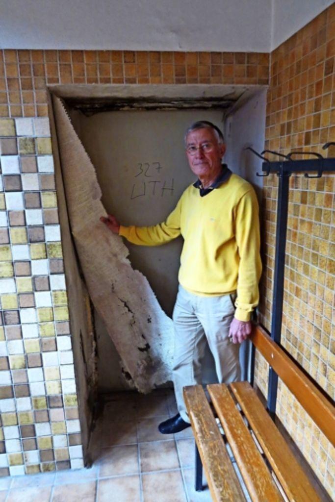 In den Umkleiden lösen sich bereits die Tapeten ab. Daher hofft der Vorsitzende Gerd Schumacher auf Spenden. Foto: Caroline Leibfritz