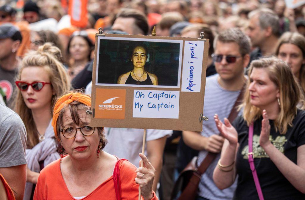 Carola Rackete, Kapitänin des Rettungsschiffes Sea Watch 3, wird in Deutschland als Heldin verehrt – andernorts herrscht weniger Willkommenseuphorie. Foto: AFP