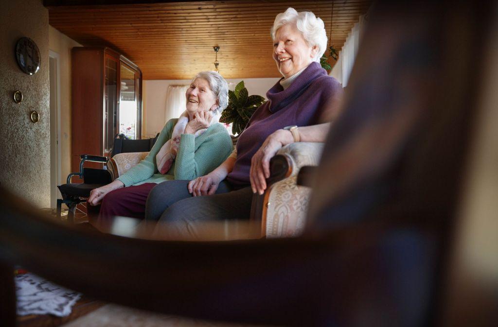 Ilka Klingner (links) kann kaum noch gehen, ihre Schwester Rotraud ist fast blind. Trotzdem meistern sie ihr Leben im eigenen Häuschen. Foto: Gottfried Stoppel