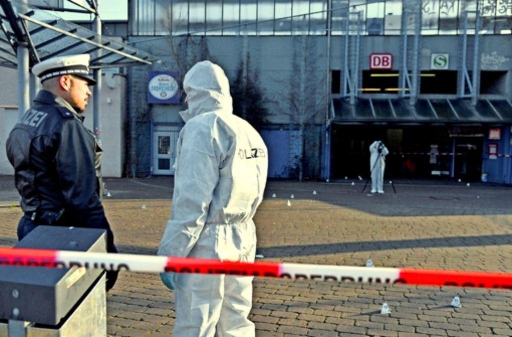 Am Ort des Geschehens in Untertürkheim sicherte die Polizei am Mittwoch  Spuren. Foto: dpa