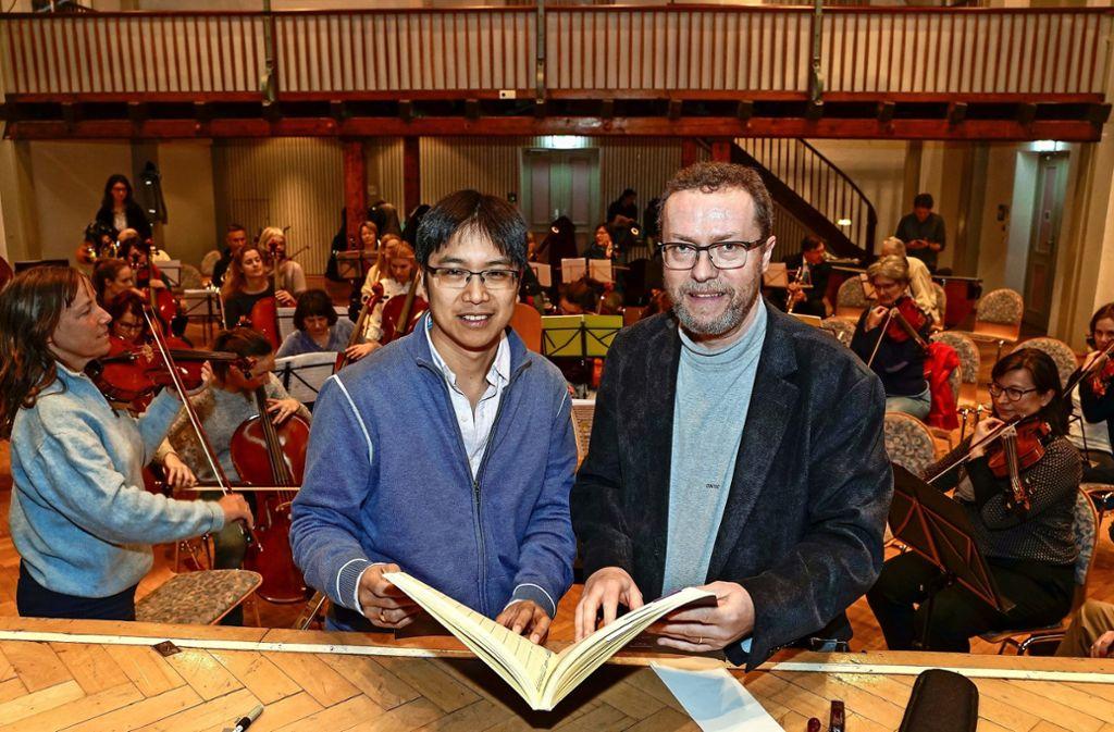 Es wird schon fleißig geprobt: Alexander G. Adiarte (links) und Attila Kalman bereiten sich auf das große Konzert vor. Foto: factum/Bach