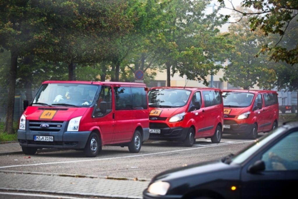 Die Kleinbusse stehen bereit, doch mit der Pünktlichkeit und Zuverlässigkeit ihrer Fahrten hapert es offenbar. Foto: Horst Rudel