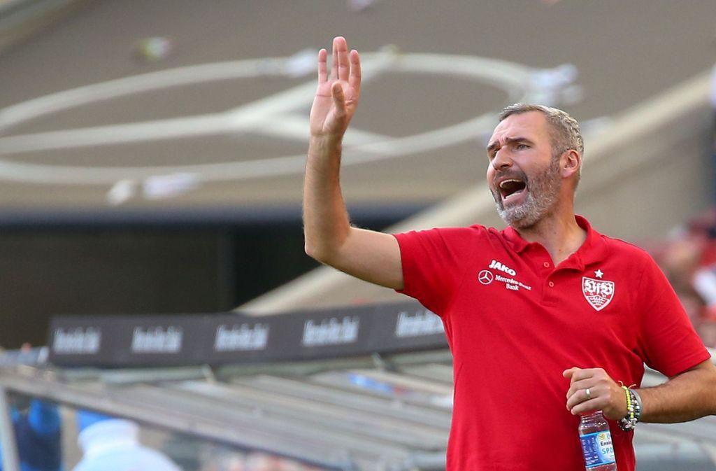 VfB-Trainer am Spielfeldrand im Duell gegen Holstein Kiel. Foto: Pressefoto Baumann/Alexander Keppler