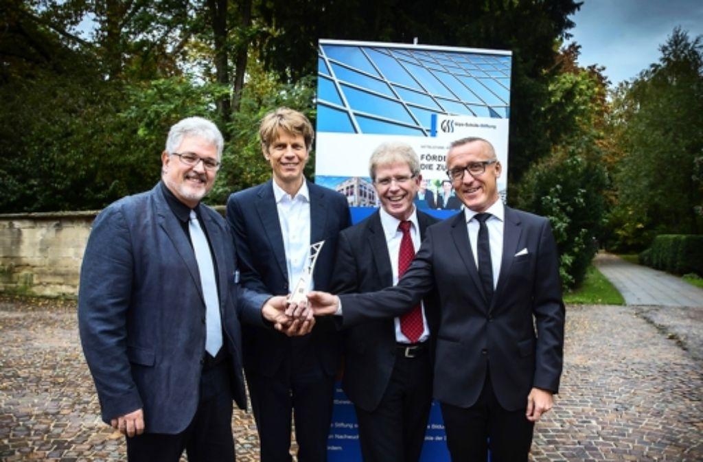 Thomas Speck, Jan Knippers und Markus Milwich (von links) nehmen den Forschungspreis von Thomas Ducrée entgegen, dem Vorstand der Gips-Schüle-Stiftung. Bilder der Preisverleihung sehen Sie in unserer Bildergalerie. Foto: Achim Zweygarth