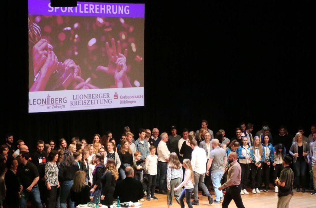 Das große Finale bei der Sportlergala: Zum Abschluss kommen alle Geehrten noch einmal auf die Bühne. Foto: Andreas Gorr
